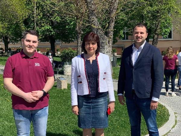 Бъдещи медици засадиха десетки борови дръвчета в Пловдив