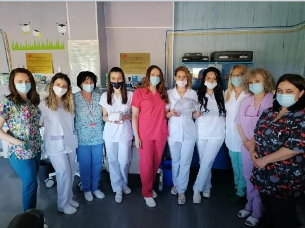 "Бъдещи акушерки дариха кислородни палатки и инхалатор на УМБАЛ ""Свети Георги""-Пловдив"