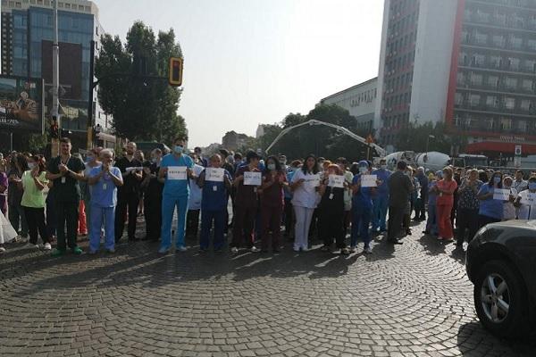 """Медици от """"Пирогов"""" излязоха на протест срещу отстраняването на проф. Балтов"""