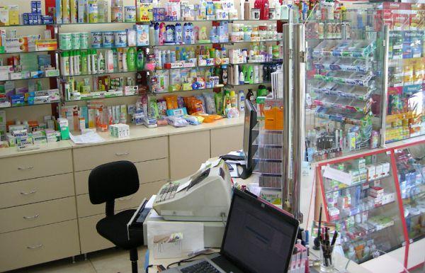 Мъж нападна с брадва аптекарка, открадна оборота й
