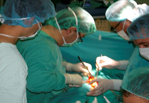 """Хирурзи от """"Пирогов"""" извадиха двукилограмов тумор от 50-годишен мъж"""