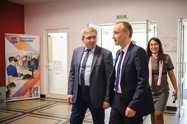 Министърът на образованието влезе в ролята на специализант в МУ-Варна