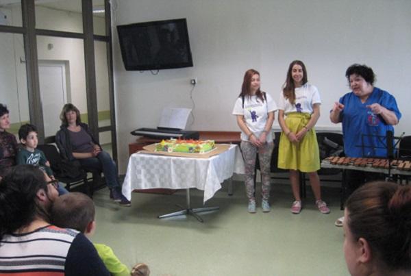 """С работилница за великденски яйца и концерт посрещат празника в Детска хирургия на УМБАЛ """"Свети Георги"""""""
