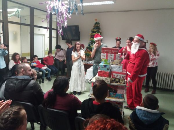 "Дядо Коледа раздаде подаръци в двете детски клиники на УМБАЛ ""Свети Георги"""