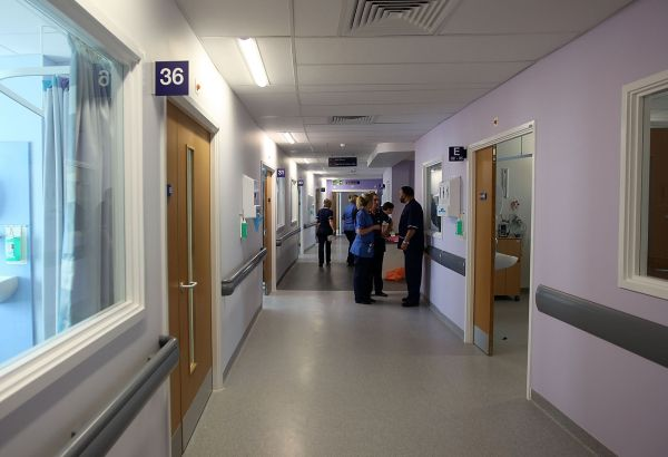 Счупена врата и стъкло в болницата в Златоград разследват от полицията