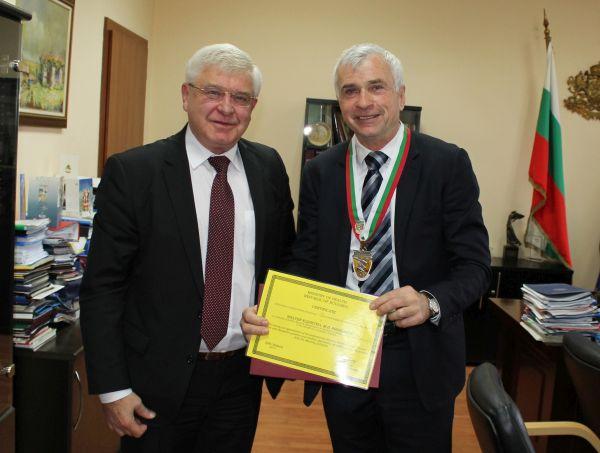 Министър Ананиев награди проф. д-р Валтер Клепетко със Златен почетен знак на МЗ