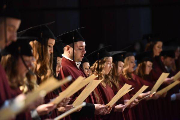Връчиха дипломите на 63-ма маг.-фармацевти от МУ-Варна