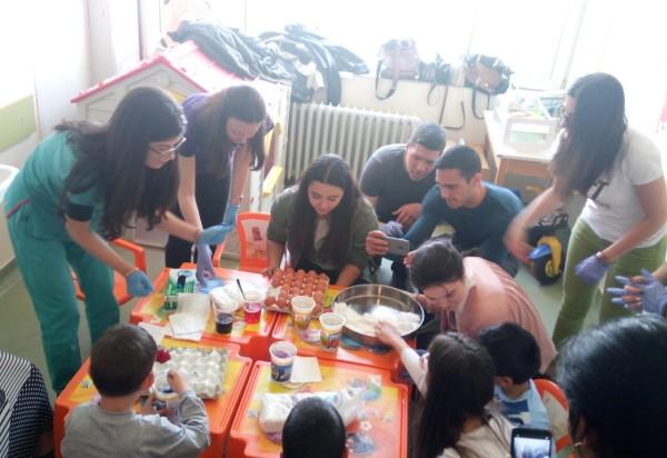 "Студенти медици боядисваха яйца с пациентите на Детска хирургия в УМБАЛ ""Свети Георги"""
